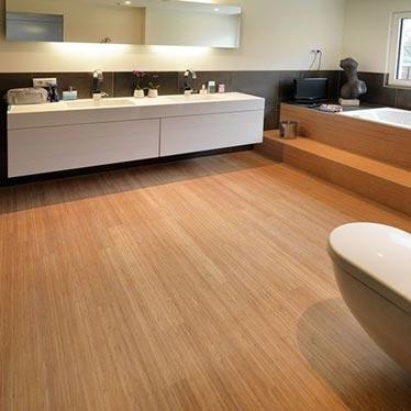 Bambus v kopalnici: vertikalni, karbiniziran, lakiran
